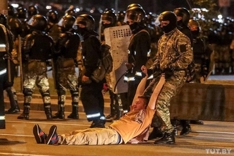 Policial arrasta manifestante da oposição depois da eleição presidencial, em Minsk