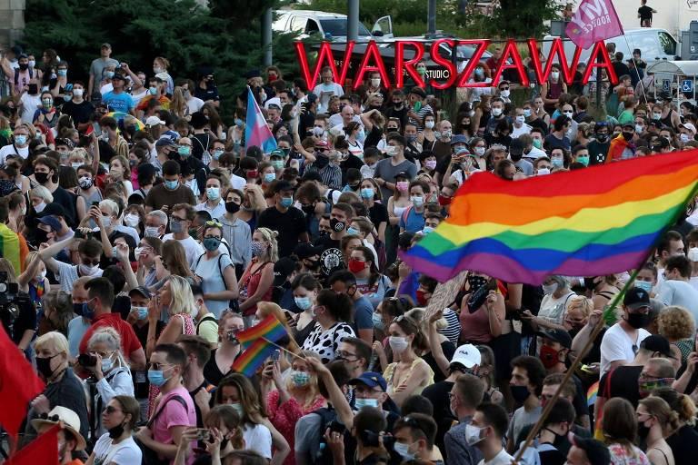 Manifestantes participam de ato em favor da comunidade LGBT em Varsóvia