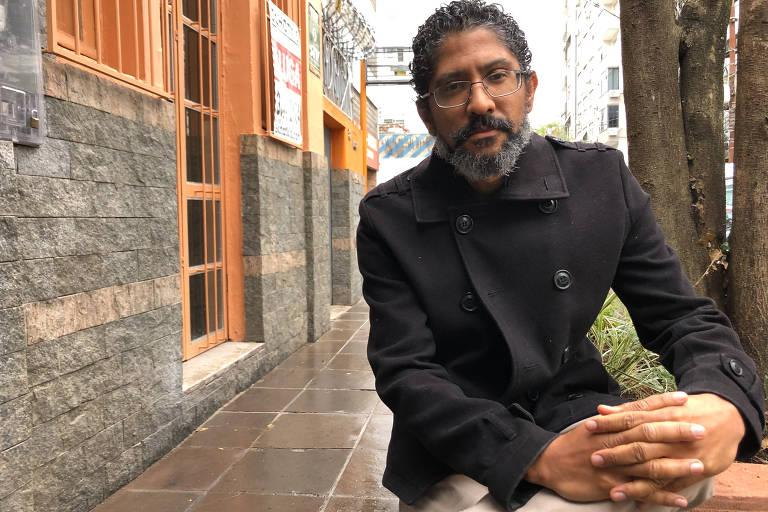 Escritor Jeferson Tenório, de pé, em uma rua de Porto Alegre