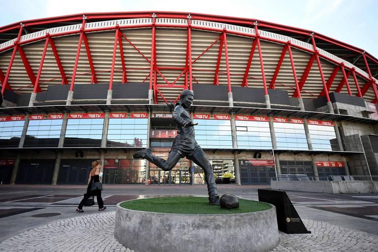 Estádio da Luz, com a estátua de Eusébio à frente, receberá alguns dos jogos da fase final da Champions