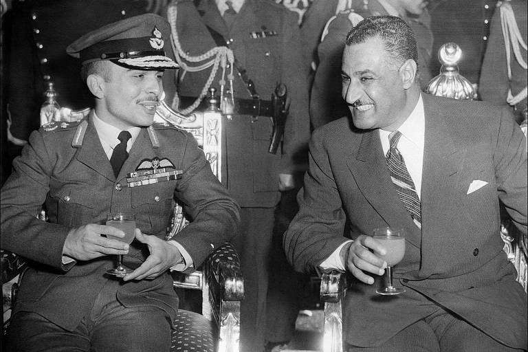O presidente do Egito, Gamal Abdel Nasser (à dir.), recebe a visita do rei Hussein, da Jordânia, em 1957
