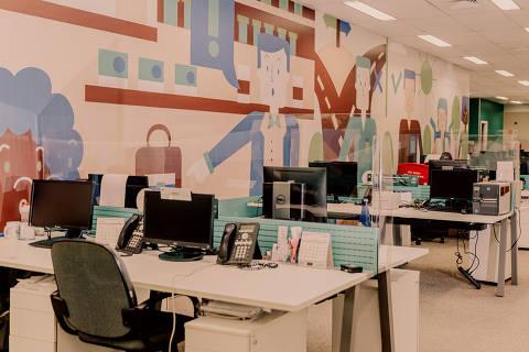 São Paulo, SP, Brasil, 31-07-2020: Escritório pós-quarentena. A matriz da Raia Drogasil adotou diversas dessas mudanças para receber seus funcionários. Baias com acrílico. (foto Gabriel Cabral/Folhapress)