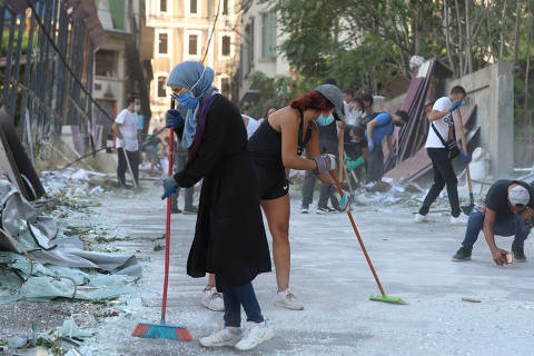 Volunteers clean the streets following Tuesday's blast in Beirut's port area, Lebanon August 5, 2020. REUTERS/Mohamed Azakir ORG XMIT: GGG-LBN43