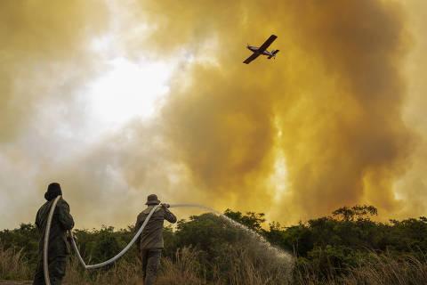 Avião de Bolsonaro arremete com fumaça de queimada em Mato Grosso