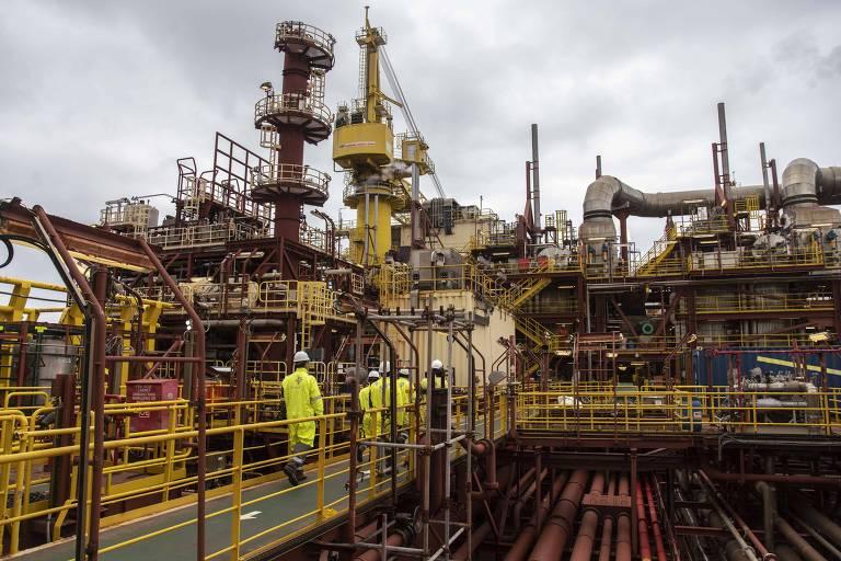 Empresas de energia precisam suspender projetos de óleo e gás para zerar emissões até 2050, diz agência internacional do setor