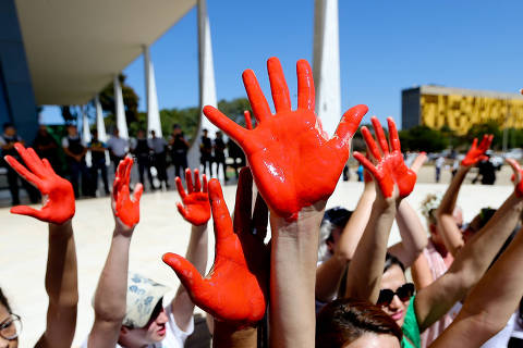 BRASÍLIA, DF, 29.06.2016: MANIFESTAÇÃO-DF - Manifestantes invadem área do STF, em Brasília, para ato pelo fim da violência contra a mulher e contra a