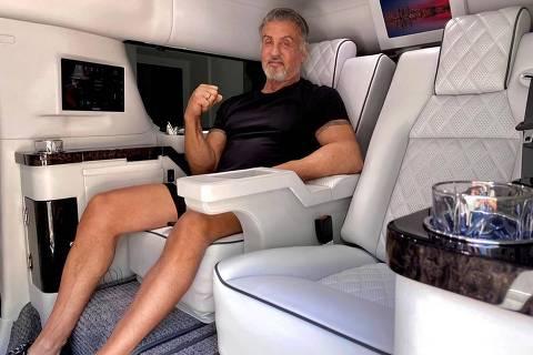 Sylvester Stallone em seu Cadillac limusine, colocado a venda por R$ 1,9 mi