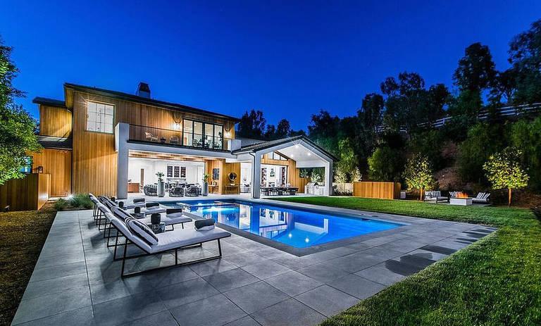 Redução do tamanho: Lori Loughlin e Mossimo Giannulli estão mudando de sua mansão de $ 28 milhões em Bel Air para uma casa de $ 9,5 milhões em Hidden Hills em meio ao escândalo de admissão na faculdade (sua nova casa na foto acima)