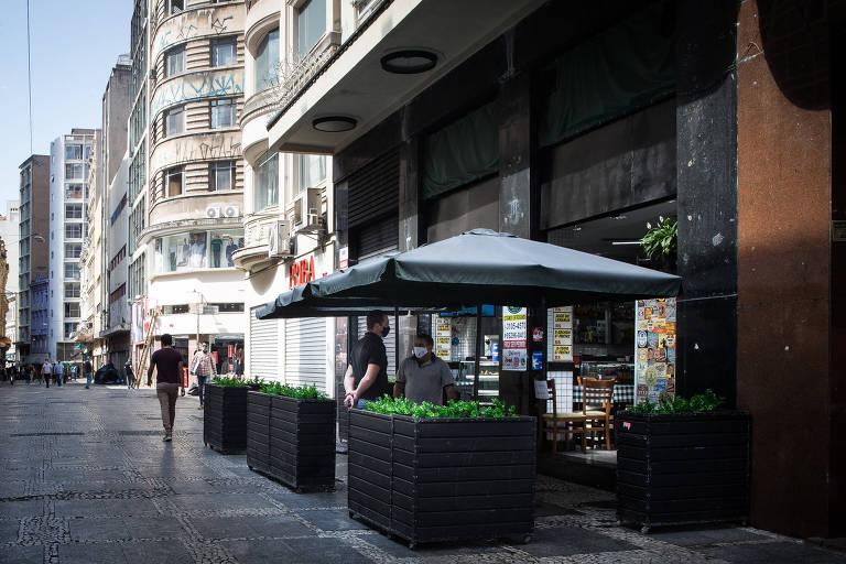Movimento fraco nos restaurantes da região do Centro Histórico de São Paulo. Sem a presença dos estudantes de Direito, e com a crise econômica provocada pela pandemia do novo coronavírus, não acontece o tradicional Dia do Pendura