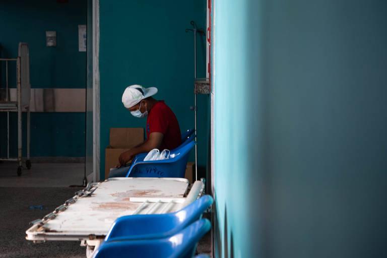 Homem de máscara espera atendimento no Hospital Universitário em Maracaibo, no estado de Zulia, na Venezuela