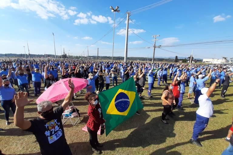 Centenas de trabalhadores da Renault aparecem em campo aberto em assembleia da categoria