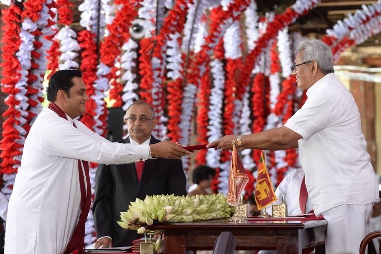 Homens vestidos de branco performam entrega ritual de documentos em templo budista