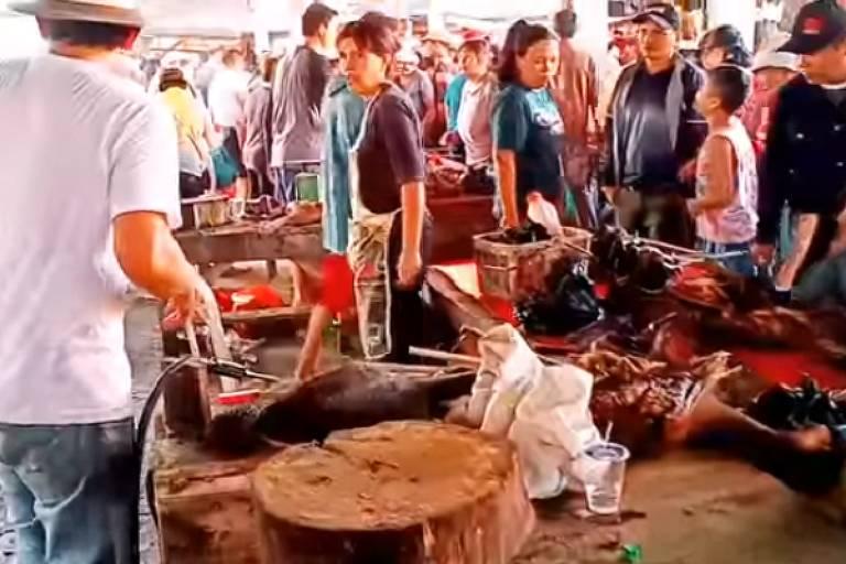 Mercado na Indonésia é falsamente identificado como sendo em Wuhan, na China