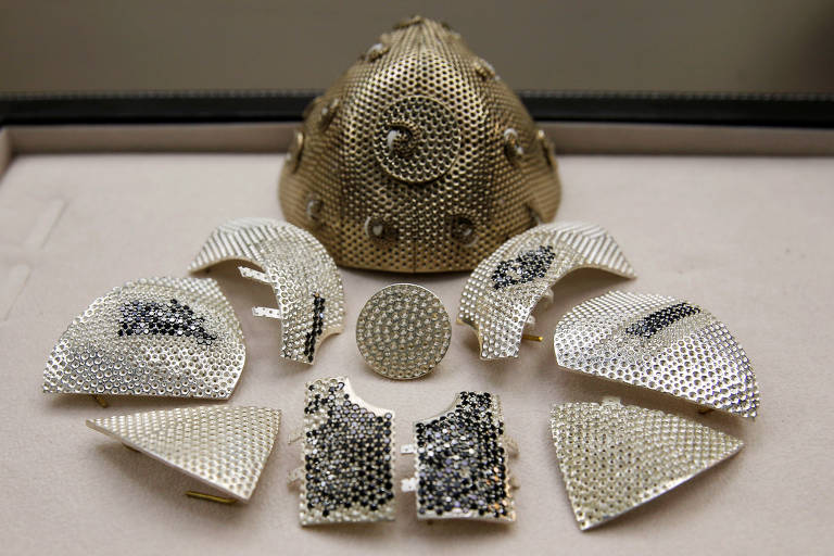Partes de uma máscara facial contra o coronavírus de ouro incrustado de diamante (COVID-19), é vista em uma fábrica de joias finas em Motza, Israel
