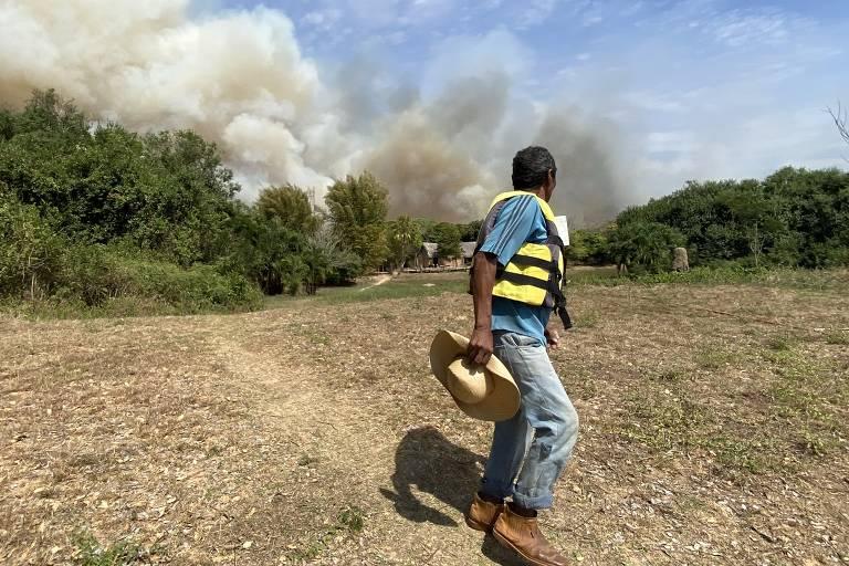 Incêndio no Pantanal obriga ribeirinho a abandonar casa pela primeira vez em 79 anos