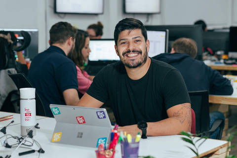 Victor Santos, diretor-executivo da startup Liv Up, em foto tirada antes da pandemia