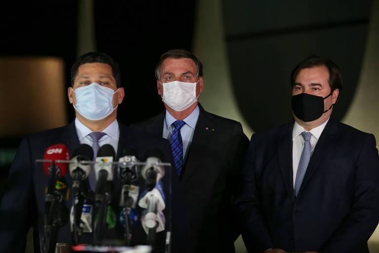 O presidente Jair Bolsonaro, acompanhado dos presidentes da câmara e do senado, deputado Rodrigo Maia (DEM-RJ) e senador Davi Alcolumbre (DEM-AP)