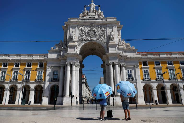 Guias turísticos esperam clientes durante a pandemia na praça do Comércio, em Lisboa