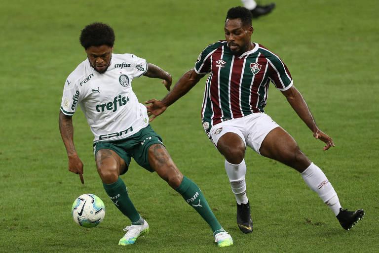 Autor do gol do Palmeiras, o atacante Luiz Adriano (à esquerda) tenta dominar a bola e é cercado pelo zagueiro Luccas Claro, do Fluminense; times ficam no empate no duelo disputado no Maracanã