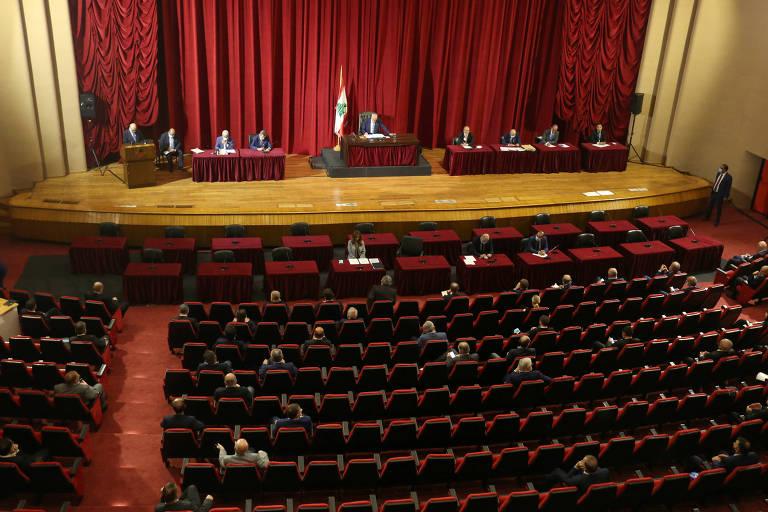 Grande anfiteatro ocupado apenas parcialmente por congressistas