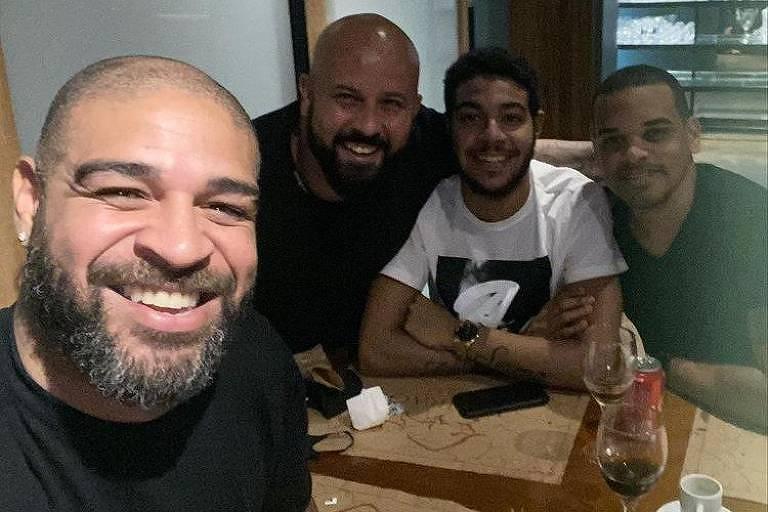 O ex-jogador de futebol Adriano almoça em churrascaria no Rio com amigos. A foto foi compartilhada no Instagram do ex-atleta