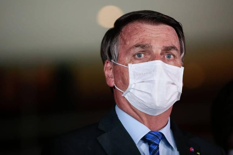 O presidente Jair Bolsonaro, de máscara, no Palácio da Alvorada, na quarta-feira