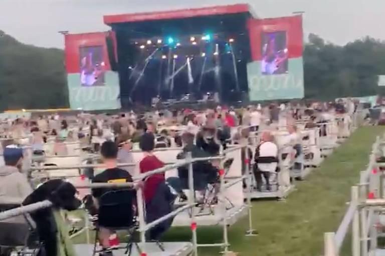 Público da Virgin Money Unity Arena dividido em grupos com distância de 2 metros entre cada um