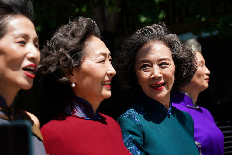 Avós modelos desfilam sem máscara nas ruas de Pequim para mostrar volta ao normal