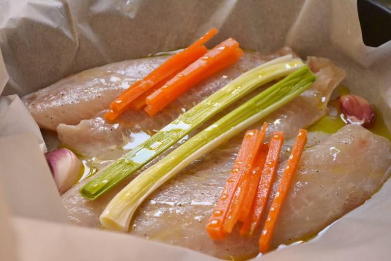 Veja como fazer peixe no papelote