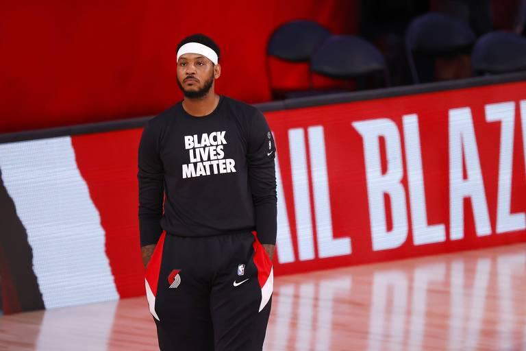 """Carmelo Anthony com camiseta do movimento """"black lives matter"""" antes de partida da NBA"""