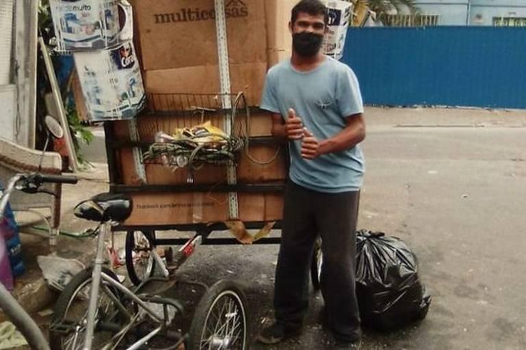 Com paralisia do lado esquerdo do corpo, Wellington tem dificuldade para carregar reciclagem em seu triciclo sem motor
