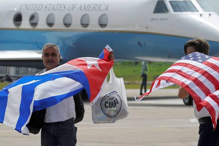 Passageiros desembarcam em agosto de 2016 no aeroporto de Santa Clara, em Cuba, após viajarem no primeiro voo comercial entre os EUA e a ilha desde 1961