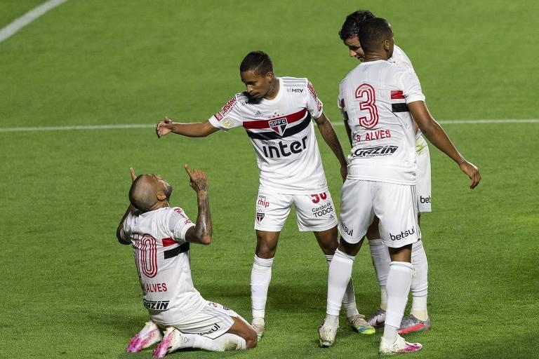 Daniel Alves (à esq.) comemora junto com os companheiros de São Paulo gol marcado contra o Fortaleza
