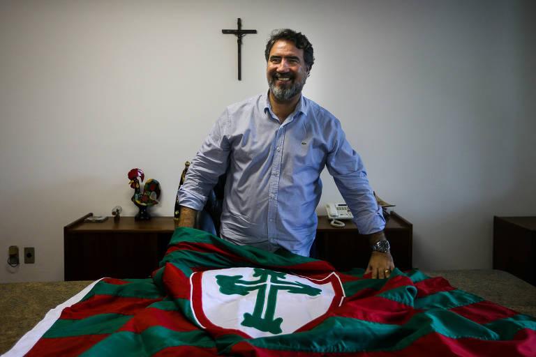 O presidente da Portuguesa, Antônio Carlos Castanheira, em sua sala no Canindé; cartola espera colocar a Lusa de volta à elite do Paulista