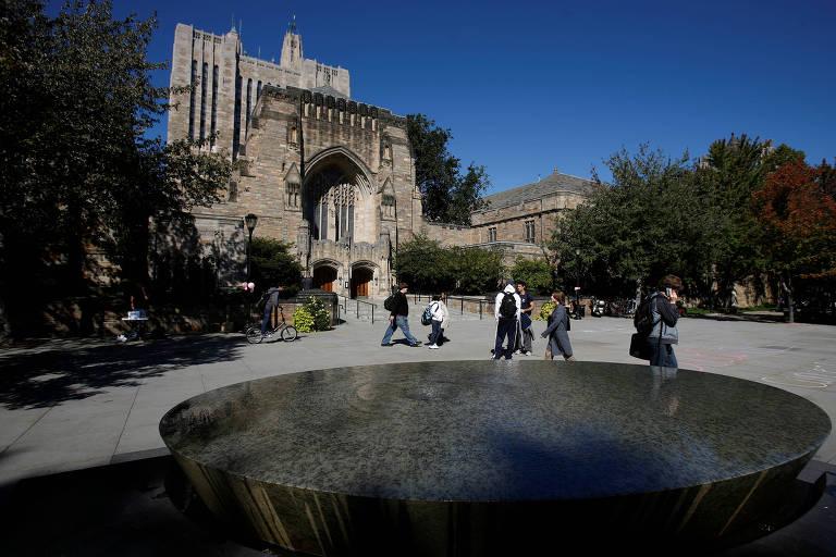 Estudantes caminham pelo campus da Universidade Yale, em New Haven, Connecticut