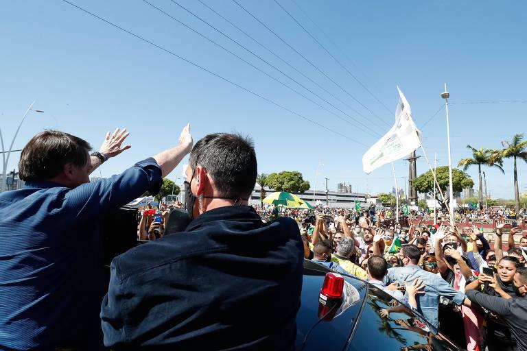O presidente Jair Bolsonaro acena a simpatizantes em Belém (PA)