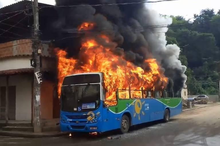 ônibus azul com fogo na parte interna