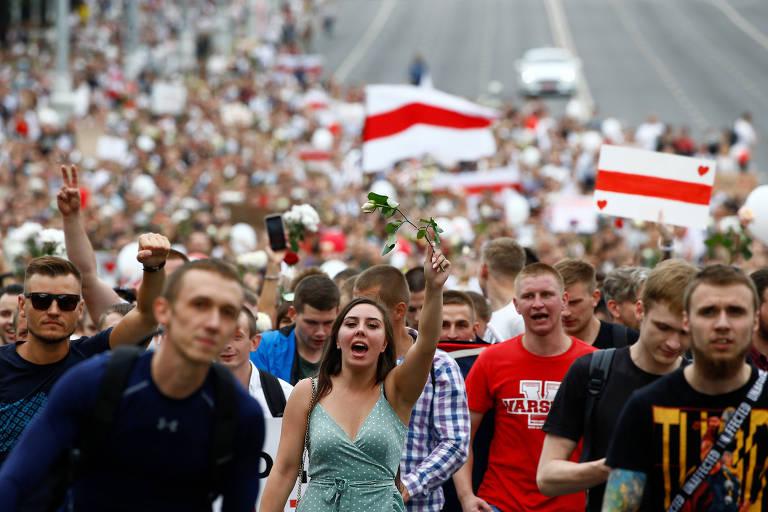 Manifestantes durante protesto em Minsk contra o resultado das eleições na Belarus