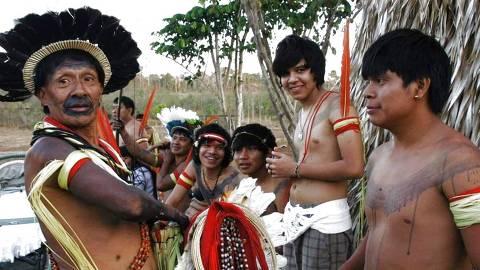 RONDONIA - Ancião conversa com jovens indígenas em aldeia do povo paiter-suruí em Rondônia. (Foto: Povo Paiter-Suruí / Divulgação)