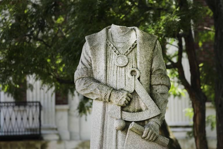 Estátua decapitada de Cristóvão Colombo