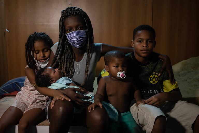mulher de máscara com quatro crianças na imagem