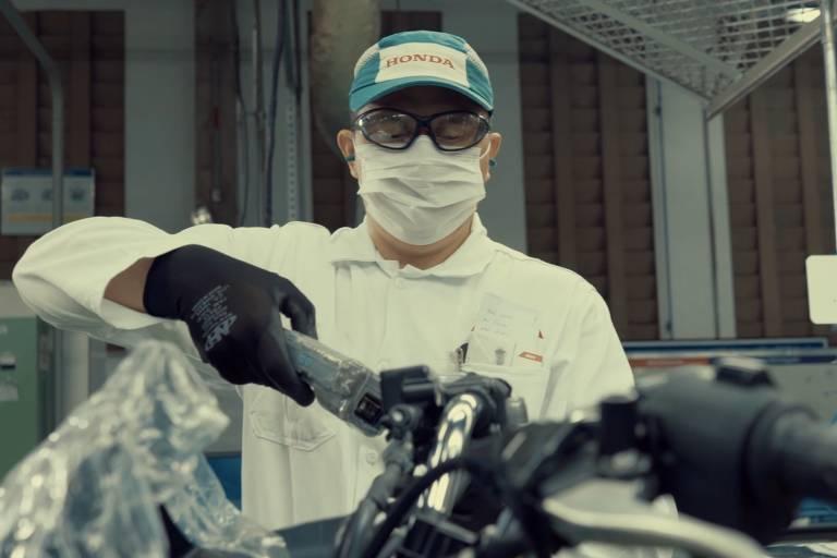 Funcionário da Honda usa máscara e cumpre com normas de saúde e segurança