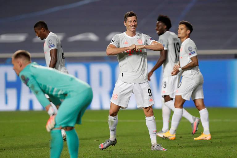 Robert Lewandowski comemora seu gol na partida, o sexto do Bayern de Munique
