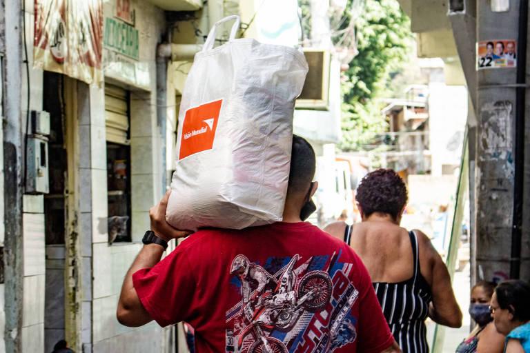 """Distribuição de cestas básicas feita pela Ong Visão Mundial faz parte do movimento da Mastercard """"Faça parte: comece o que não tem preço"""", lançado no início de junho para combater a fome e reduzir os efeitos da pandemia por meio de ações concretas"""