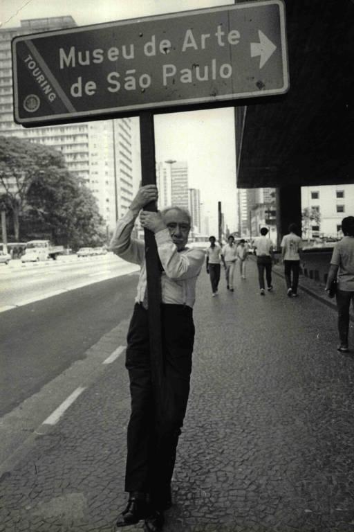 Pietro Maria Bardi agarrado à placa do Masp, em São Paulo, em 1983