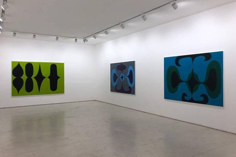 Pintura abstrata com fundo verde e formas pretas