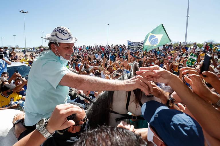 Sem máscara, Bolsonaro cumprimenta apoiadores em São Raimundo Nonato (PI)