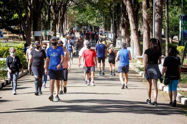 Público caminha no Ceret (Centro Esportivo, Recreativo e Educativo do Trabalhador) na Vila Formosa