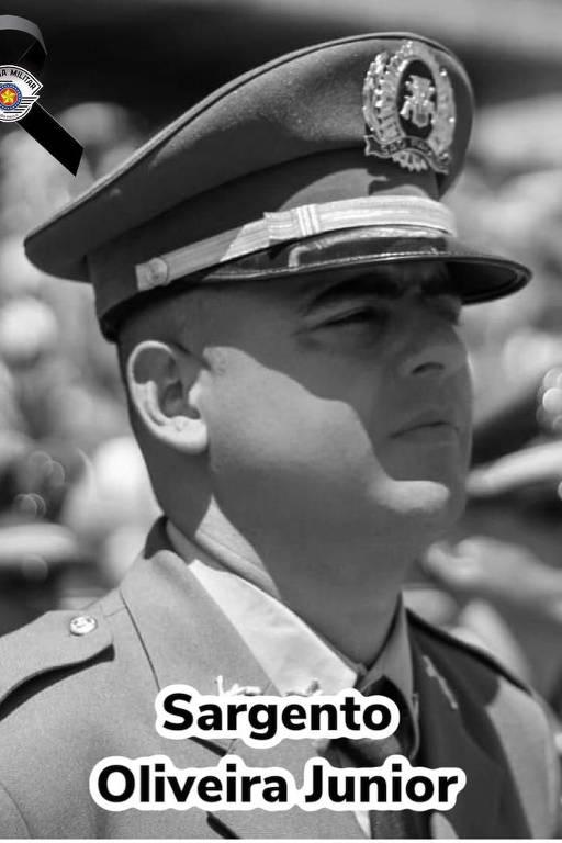 Sargento José Valdir de Oliveira Junior, 37, estava na Polícia Militar havia 14 anos. Deixou uma filha adolescente, Gabrielly, e mulher, Bianca, que está grávida de gêmeos; vemos um homem corpulento, com sobrancelhas grossas, usando farda e quepe; a foto é em preto e branco