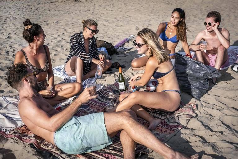Jovens em praia na Holanda
